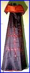 Mantelkap van Pomba Gira in zwart en rood.